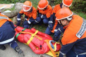 Vorsichtig wurde die verletzte Person gerettet.