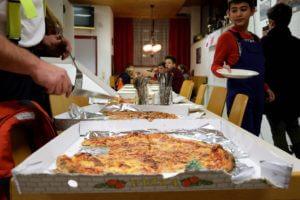 Gemütlicher Abend mit Pizza und Spielen