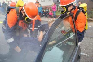 Die Jugendlichen beim Retten einer Person aus dem brennenden Auto