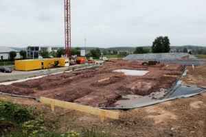 20.05.2019: Der erste Beton als Fundamentuntergrund für die weitere Schalung ist eingebracht.