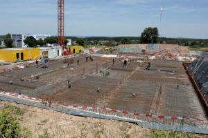 10.07.2019: Die Grundfläche des Erdgeschosses wird für den Betonguss vorbereitet.