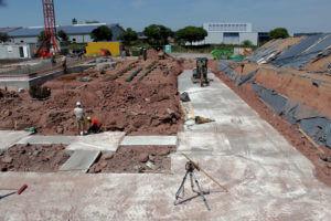 10.07.2019: Fundamente für die Auffahrrampe zum Parkdeck und Übungshof werden angelegt.