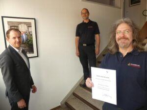 In kleiner Runde überreichte Bürgermeister Helge Viehweg (links) Herrn Thomas Reiter die Bestellungsurkunde zum Abteilungskommandanten der Feuerwehrabteilung Feldrennach in Anwesenheit des Kommandanten Martin Irion (mitte).